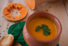 Soupe crème végétarienne d'un potiron avec des pains grillés Photo libre de droits