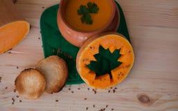 Soupe crème végétarienne d'un potiron avec des pains grillés Image libre de droits
