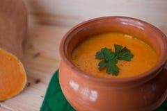 Soupe crème végétarienne d'un potiron avec des pains grillés Photos stock