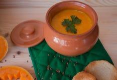 Soupe crème végétarienne d'un potiron avec des pains grillés Photo stock