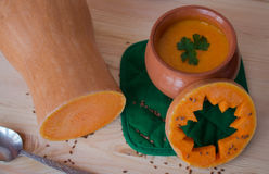 Soupe crème végétarienne d'un potiron avec des pains grillés Photographie stock libre de droits