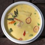 Soupe crémeuse à cari vert avec du lait de noix de coco, crevette, poivron rouge, haricot dans la cuvette blanche, cuisine thaïla Images stock