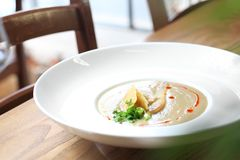 Soupe crémeuse à poireau avec la poire et le parmesan photo stock