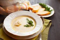 Soupe crémeuse à poissons avec des saumons, des pommes de terre et l'aneth image stock