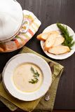 Soupe crémeuse à poissons avec des saumons, des pommes de terre, des oignons et des carottes image libre de droits