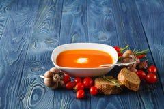 Soupe délicieuse à potiron avec la crème épaisse sur en bois rustique foncé merci photos libres de droits