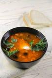 Soupe délicieuse à saltwort dans une cuvette et un pain noirs Photo stock