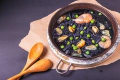 Soupe d?licieuse des nouilles faites maison noires faites d'encre de seiches avec des moules, des crevettes et des pois Cuisine i photo stock
