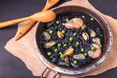 Soupe d?licieuse des nouilles faites maison noires faites d'encre de seiches avec des moules, des crevettes et des pois Cuisine i photo libre de droits