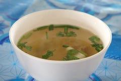 Soupe dans la tasse blanche Photos libres de droits