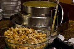 Soupe dans le restaurant d'hôtel dans une soupière de soupe argentée Bol en verre Image stock