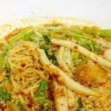 Soupe de nouilles épicée thaïlandaise d'oeufs de Tom Yum avec la boule de poissons Image libre de droits