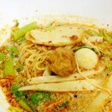 Soupe de nouilles épicée thaïlandaise d'oeufs de Tom Yum avec la boule de poissons Photographie stock libre de droits