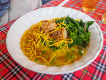 Soupe de nouilles au curry, l'eau d'espace libre de taco de poissons Photographie stock