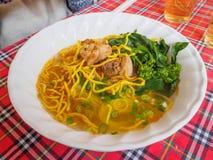 Soupe de nouilles au curry, l'eau d'espace libre de taco de poissons Images libres de droits