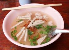 Soupe de nouilles avec du porc images stock