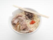 Soupe de nouilles avec du porc et le berbéris Photo libre de droits