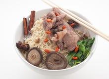 Soupe de nouilles avec du porc, le berbéris et les champignons Image stock