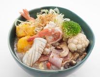 Soupe de nouilles avec le chou, le calmar, les crevettes et le brocoli Image stock