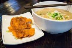 Soupe de nouilles avec le poulet frit Photos stock