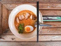 Soupe de nouilles avec les oeufs à la coque et le porc croustillant photographie stock libre de droits