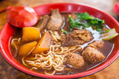 Soupe de nouilles braisée par végétarien de veggie Photos stock