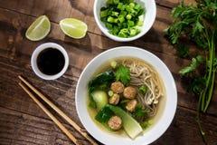 Soupe de nouilles chinoise avec les saucisses chinoises et les champignons japonais image libre de droits