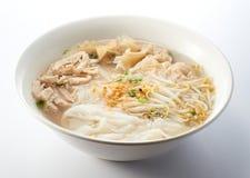 Soupe de nouilles déchiquetée de poulet Images stock