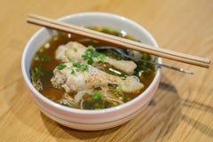 Soupe de nouilles d'épices de poulets images libres de droits