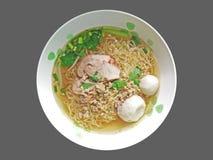 Soupe de nouilles d'oeufs avec le rôti de porc et les boules de poissons rouges photo stock