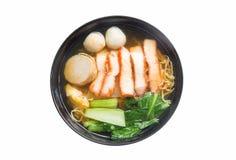 Soupe de nouilles d'oeufs avec le rôti de porc rouge dans la cuvette d'isolement sur le fond blanc Photographie stock libre de droits