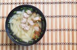 Soupe de nouilles de porc sur la table en bois photographie stock