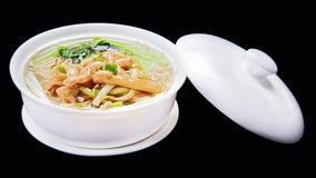 Soupe de nouilles de poulet, cuisine traditionnelle chinoise d'isolement sur le bl Photo libre de droits