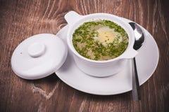 Soupe de nouilles de poulet dans le plat blanc Photos libres de droits