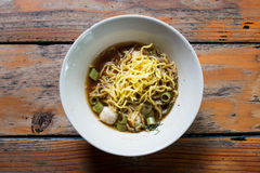 Soupe de nouilles de riz avec du porc cuit avec le style thaïlandais sur la table en bois Photographie stock libre de droits