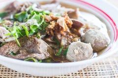Soupe de nouilles de style de Pho Tai avec des légumes sur la table Image libre de droits