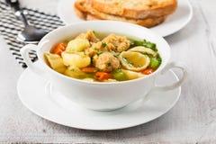 Soupe de nouilles de Vegan avec des gros morceaux de soja Photos libres de droits
