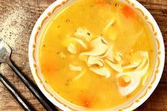 Soupe de nouilles en boîte de poulet dans la cuvette sur le Tableau Image stock