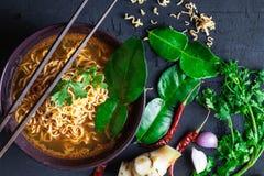 Soupe de nouilles et légumes instantanée épicés sur un fond noir photo libre de droits