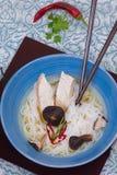 Soupe de nouilles japonaise avec le shiitaké Photographie stock libre de droits