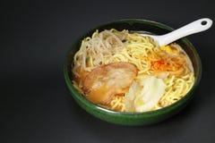 Soupe de nouilles japonaise de miso dans le noir Photographie stock libre de droits