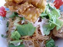Soupe de nouilles large de riz avec les légumes et la viande, oeuf Photographie stock