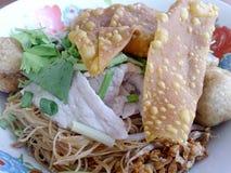Soupe de nouilles large de riz avec les légumes et la viande, oeuf Photographie stock libre de droits