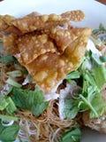 Soupe de nouilles large de riz avec les légumes et la viande, oeuf Photo stock