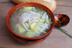 Soupe de nouilles rustique avec le poulet et les pommes de terre Image libre de droits