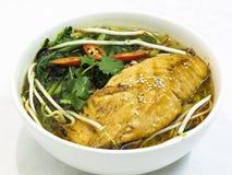 Soupe de nouilles saumonée grillée Photos stock