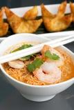 Soupe de nouilles thaïe avec des crevettes roses Photo stock