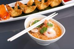 Soupe de nouilles thaïe avec des crevettes roses Photos stock