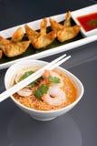 Soupe de nouilles thaïe avec des crevettes roses Photos libres de droits