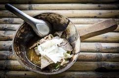 Soupe de nouilles thaïlandaise avec de la viande sur le fond en bambou photographie stock libre de droits
